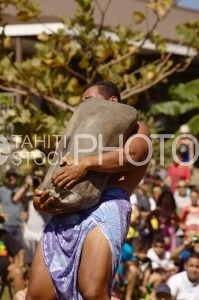 Heiva traditionnal sport contest, Stone carrier with pareo hidden by the rock