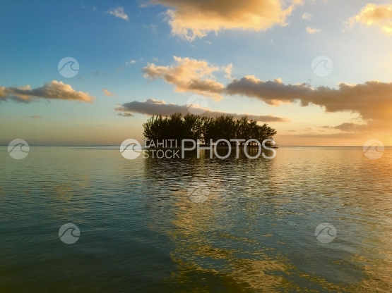Moorea, Motu in the lagoon of Hauru during sunset