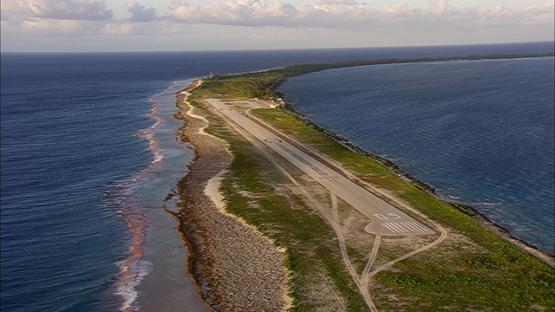 Vue aérienne de l aéroport de Fakarava and barrier reef, Tuamotu, French Polynesia
