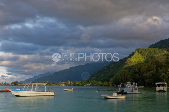 Moorea, Lagoon and mountain at dusk